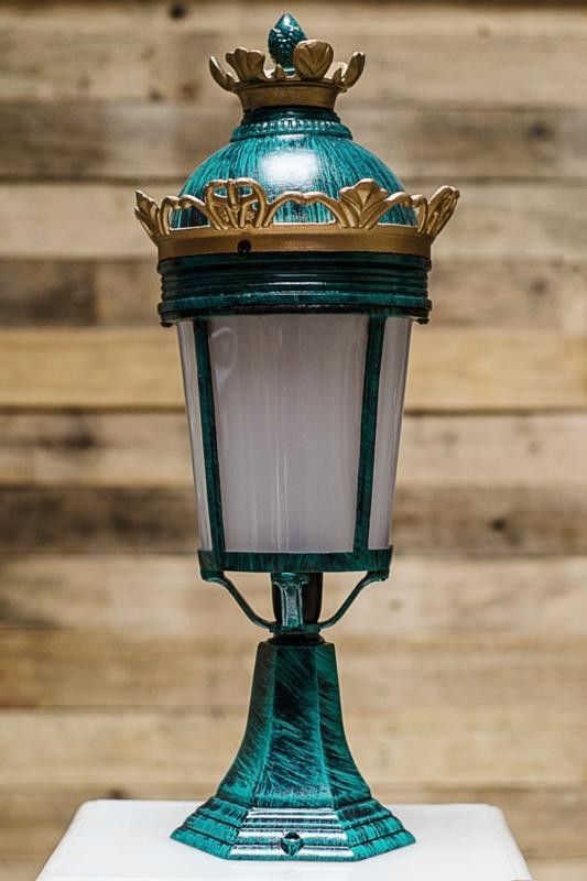 Crown Outdoor Pole Gate Light